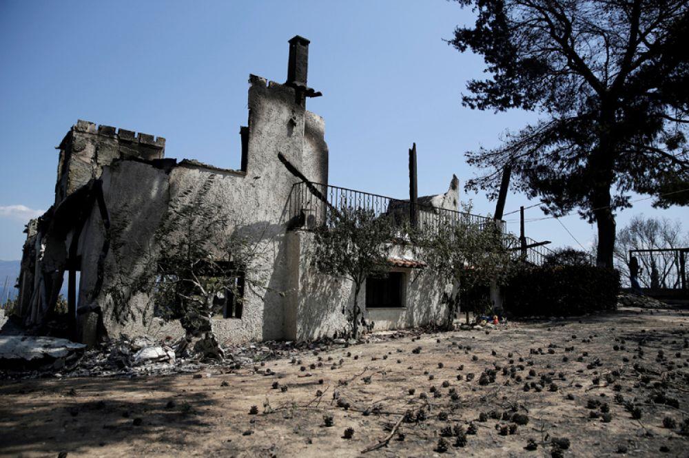 Сгоревший дом после пожара недалеко от деревни Каламос.
