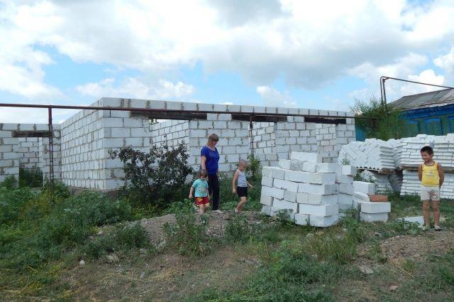 Будущий дом семьи Цой за четыре года превращается в руины.