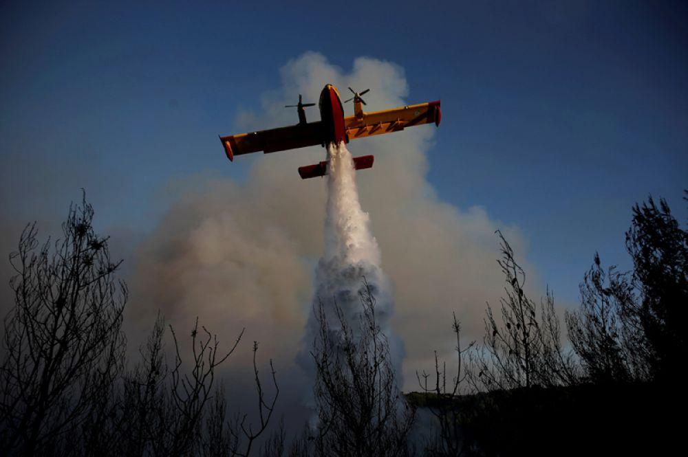 Борьба с лесными пожарами в Греции.