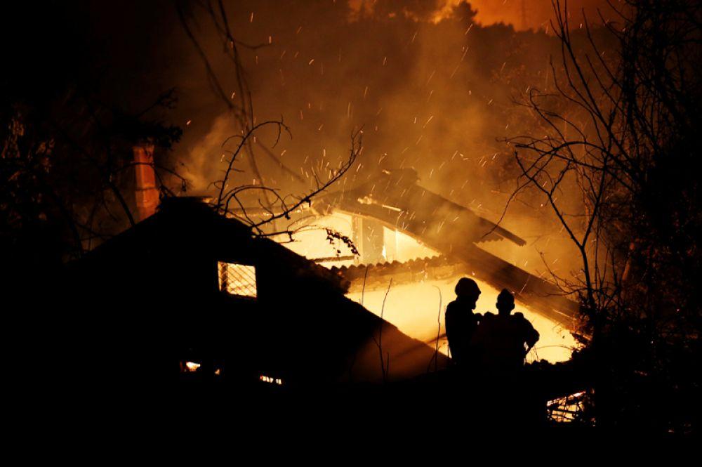 Пожарные пытаются потушить пожар в доме в муниципалитете Каламос.