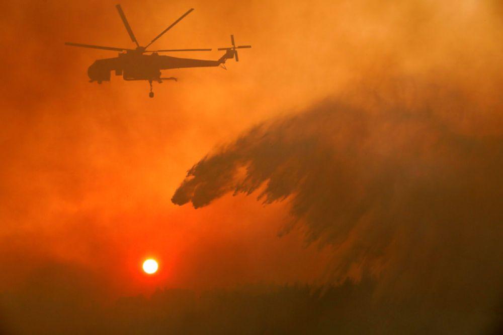 Пожарный вертолёт около деревни Меточи.
