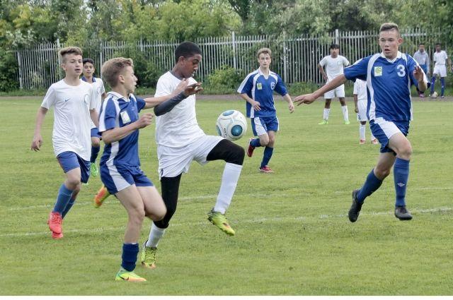 В Краснокамск приехали 17 юных футболистов в возрасте от 10 до 15 лет из английского Оксфорда.