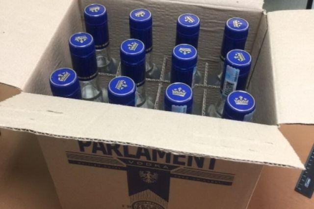 Всего изъяли более 10 тысяч бутылок с поддельным алкоголем.