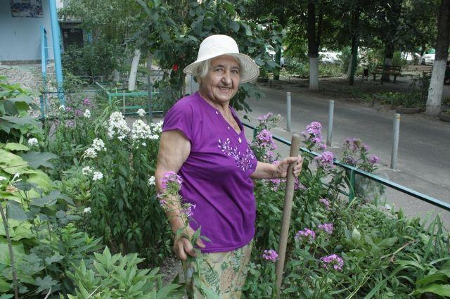 Анна Васильевна вспоминает, как когда-то сажали деревья во дворе целыми семьями, нынешняя молодежь часто отказывается благоустраивать двор.