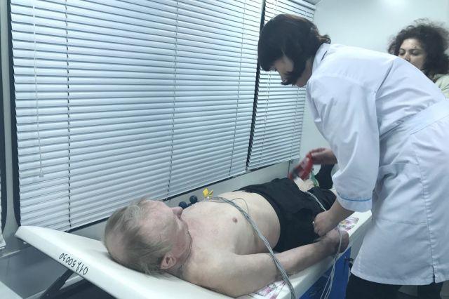 На передвижном медицинском пункте можно сделать ЭКГ и сдать анализы.