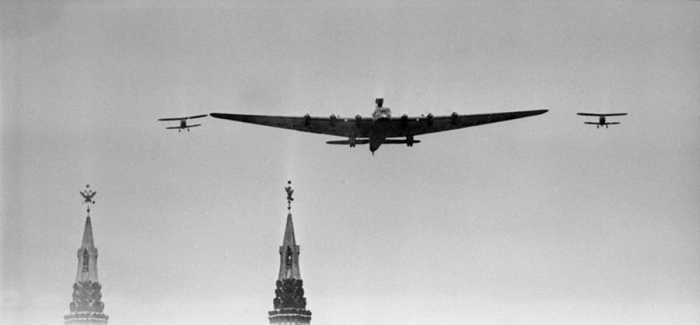 Первомайский парад 1935 года. На башнях Кремля видны двуглавые орлы.