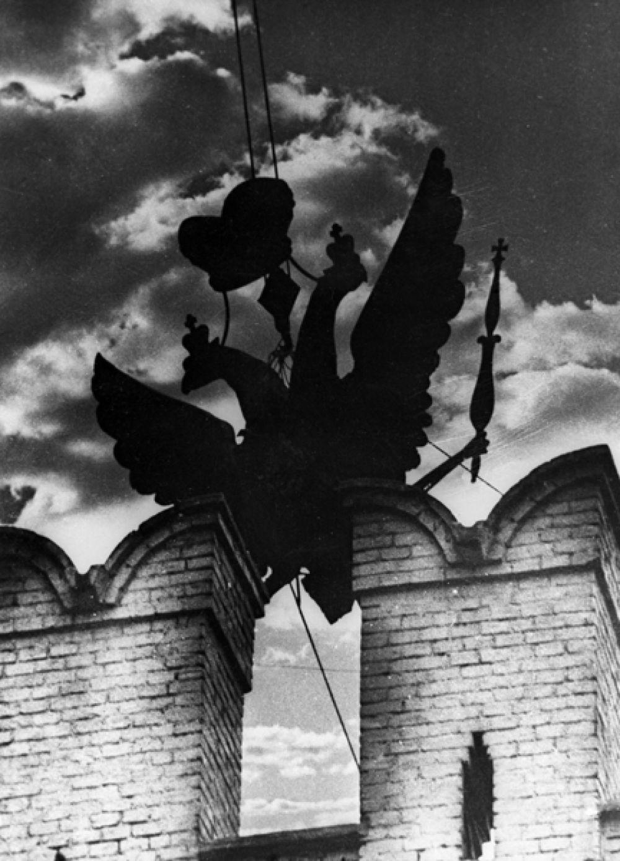 Пока изготавливались звёзды, строители-монтажники решали непростую задачу — как собственно снять орлов с башен и закрепить звёзды. В то время не было больших высотных кранов, поэтому были разработаны специальные краны, которые устанавливались прямо на верхних ярусах башен. Через башенные окна у основания шатров строились прочные платформы-консоли, на которых и собирали краны. Работы по установке кранов и демонтажу орлов заняли две недели.