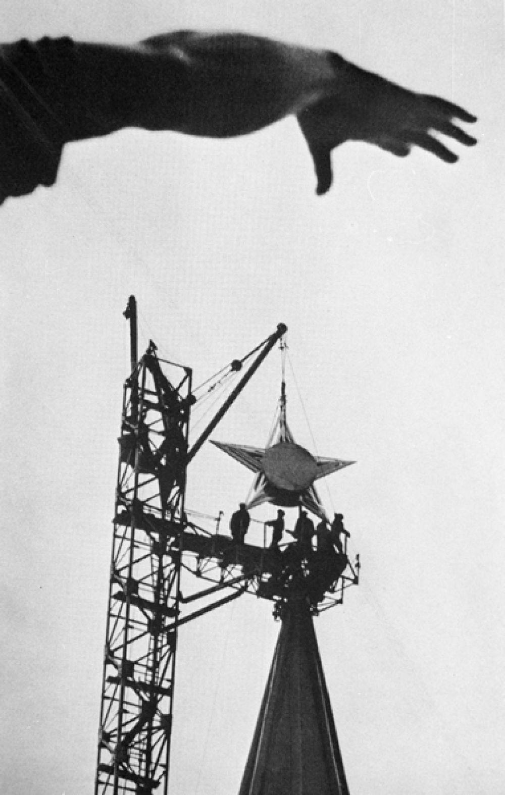 Новые самоцветные звёзды весили около тонны. Шатры кремлёвских башен не были рассчитаны на такую нагрузку, их пришлось укреплять изнутри. 24 октября москвичи собралось на Красной площади, чтобы посмотреть на водружение пятиконечной звезды на Спасскую башню. На следующий день звезда была установлена на шпиле Троицкой башни, а затем и на остальных.