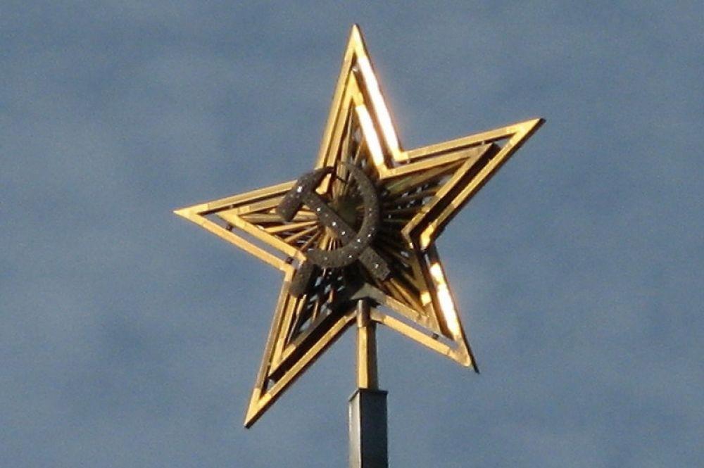 Первые звёзды были сделаны из нержавеющей стали, облицованы медными листами и украшены уральскими самоцветами. Рисунок ни на одной из звёзд не повторялся. Однако очень скоро звёзды потеряли свою первоначальную красоту и потускнели. Звезда, которая в 1935—1937 годах находилась на Спасской башне Московского кремля, позднее была установлена на шпиле Северного речного вокзала.