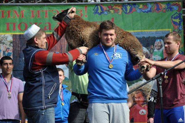 Победителю Никите Леонидову торжественно вручили главный приз - барана.