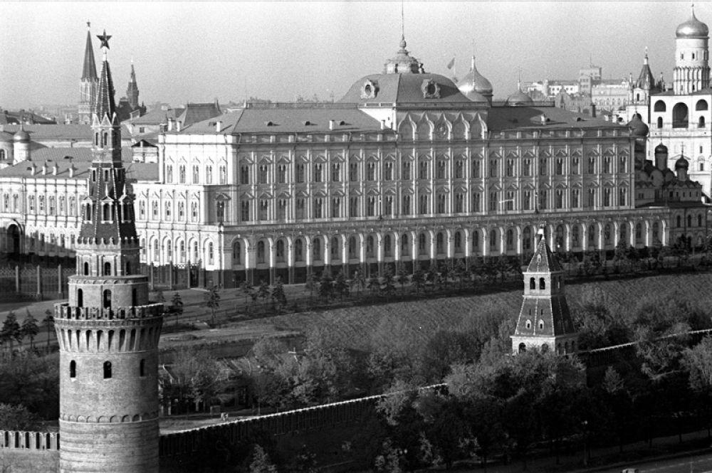 В мае 1937 года было принято решение заменить потерявшие блеск самоцветные звёзды на новые из рубинового стекла. Отражённый свет уральских самоцветов и золота был заменён на свет мощных электроламп. Рубиновые навершия, кроме Спасской, Троицкой, Боровицкой и Никольской, получила ещё и Водовзводная башня.