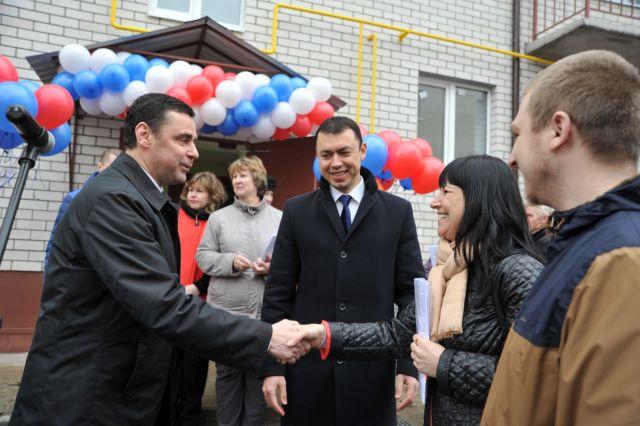 Дмитрий Миронов вручает ключи от новых квартир переселенцам из аварийного жилья в Тутаеве.