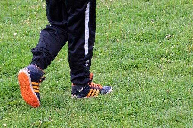 Двухлетний мальчик получил травмы, играя на школьном стадионе.