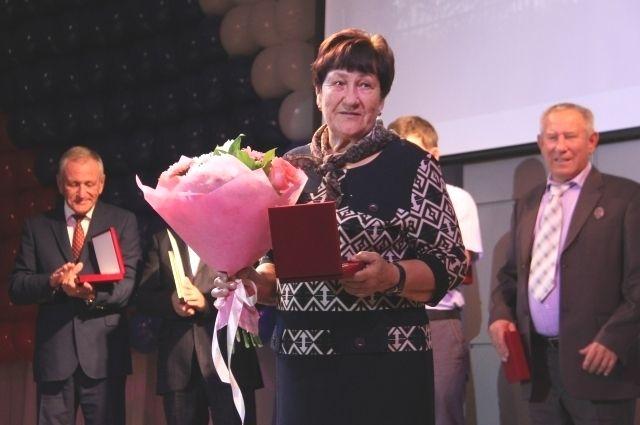 Награду за Михаила Спешилова, который во время праздника оказался в командировке, получила его бабушка Людмила Арсентьевна, участница стройки Братской ГЭС.