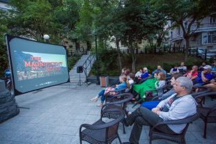 Летом кино можно и на улице посмотреть.