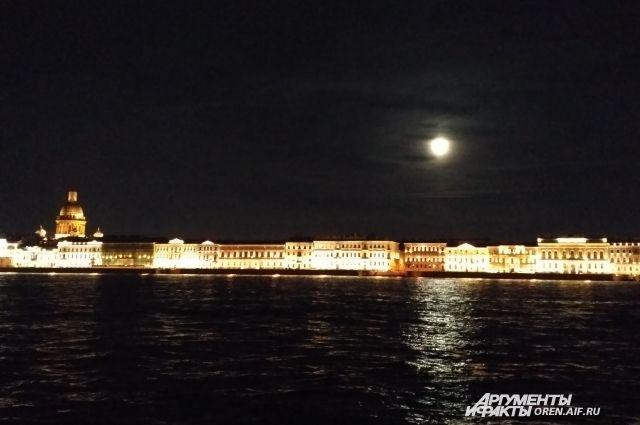 «Рим создан человеческой рукою, Венеция богамисоздана; Но каждый согласился бы со мною, Что Петербург построил сатана».
