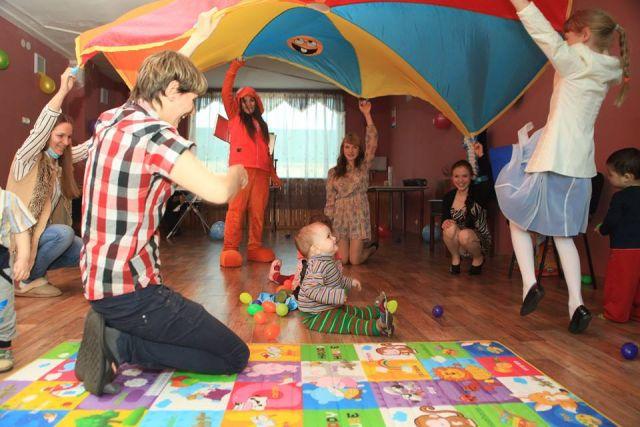Мамы, дети и сотрудники приюта - как одна семья.