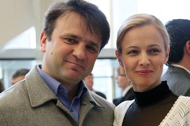 Ведущие передачи «Пока все дома» Тимур Кизяков с супругой Еленой.