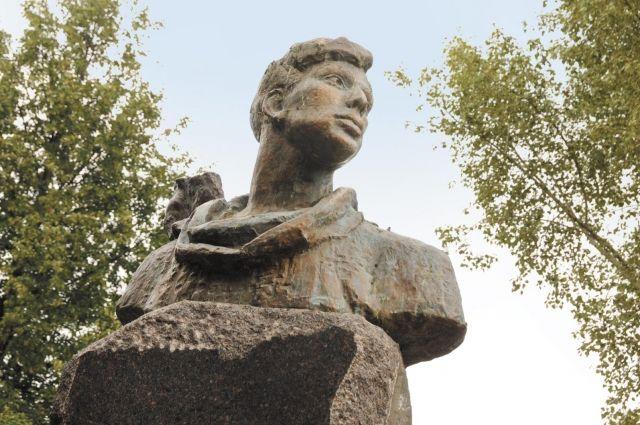 Памятник Пастернаку в сквере около оперного театра.