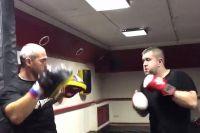 Александр Орлов (справа) серьёзно готовится к бою с Романом Четиным.