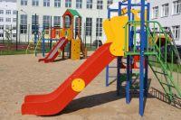 Новая школа оборудована не только спортивными, но и игровыми площадками.