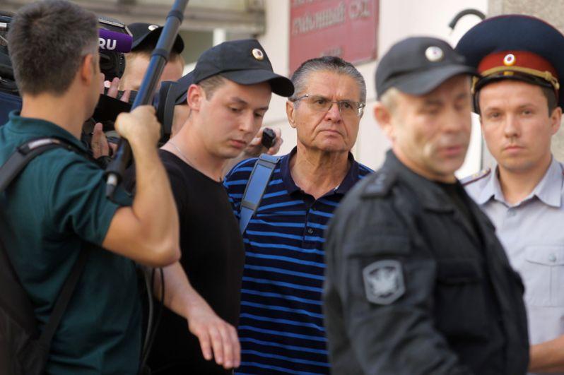 Бывший министр экономического развития РФ Алексей Улюкаев (в центре), обвиняемый в получении взятки в два миллиона долларов, после заседания в Замоскворецком суде Москвы.