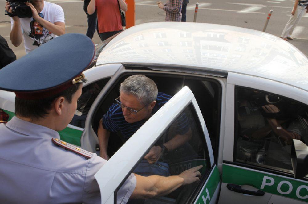Бывший министр экономического развития РФ Алексей Улюкаев, обвиняемый в получении взятки в два миллиона долларов, перед началом заседания в Замоскворецком суде Москвы.