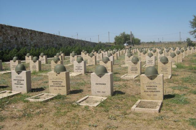 Мемориал в Россошках - огромный воинский некрополь, где соседствуют братские и именные захоронения павших защитников.