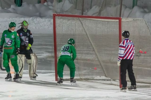 Олег Пивоваров забивает голы в свои ворота