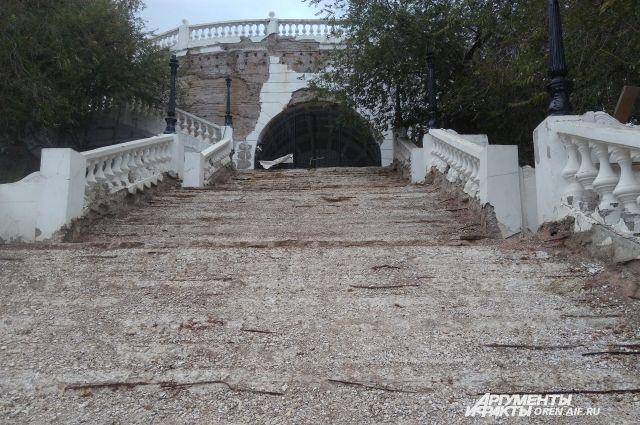В Оренбурге из-за ремонта спуска закроют пешеходный мост через Урал.
