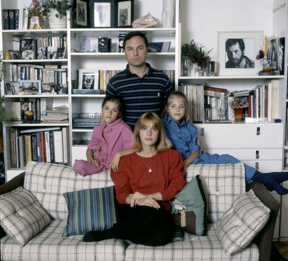 Актриса Вера Глаголева с дочерьми и мужем Родионом Нахапетовым. 1987 год.
