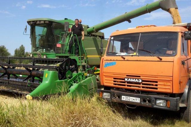 Урожай убирала «боеспособная» бригада комбайнёров и водителей.