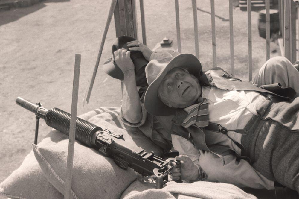 «Человек с бульвара капуцинов», 1987 год. Владелец салуна и бармен Гарри Мак-Кью — Олег Табаков.