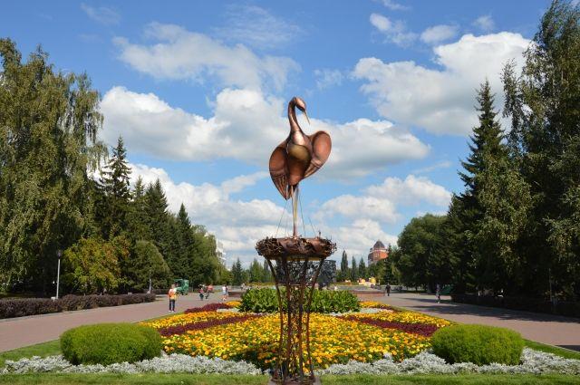 Металлический аист на площади Ветеранов в Барнауле