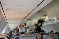 В самолёт дебошир зашёл уже, будучи пьяным. Он летел бизнес-классом.