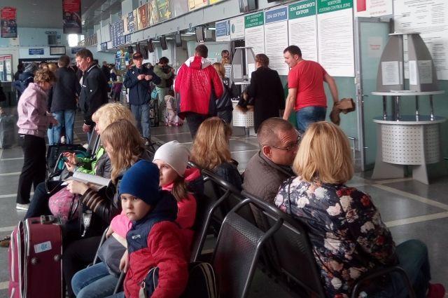 Из-за вынужденной посадки в Перми самолет опоздал на 1 час 45 минут.