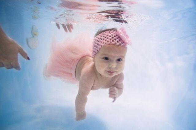 Оказавшись в воде, новорожденный инстинктивно задерживает дыхание.