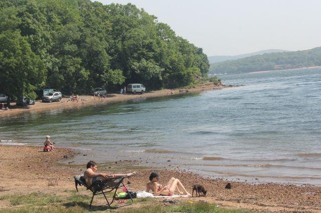 Море возле пляжей в Сочи чистым не назовешь.