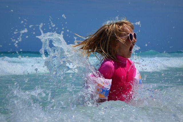 Малыш купался в Средиземном море и бассейне.