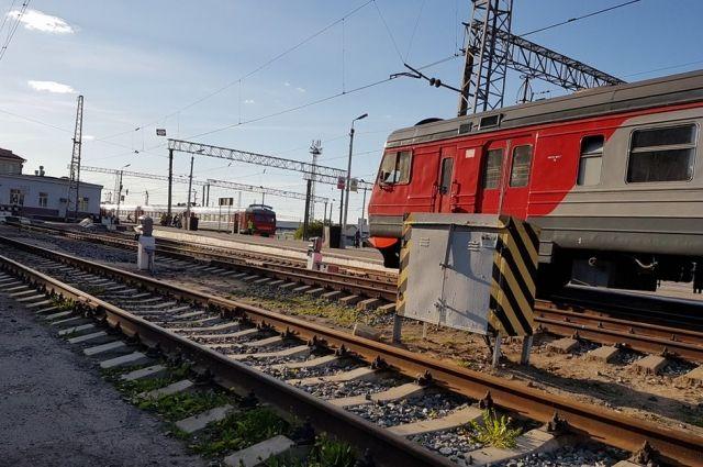 ВПетербурге электричка насмерть сбила девушку внаушниках