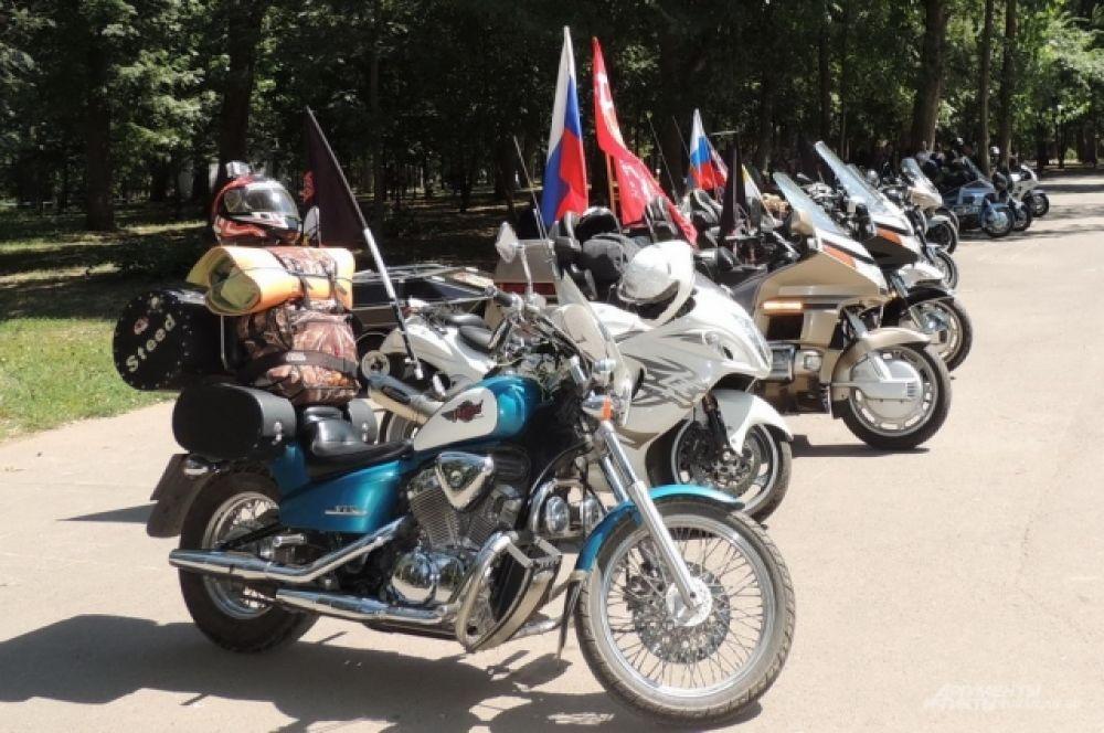 Мотоциклы участников мотопробега в Чистяковской роще.