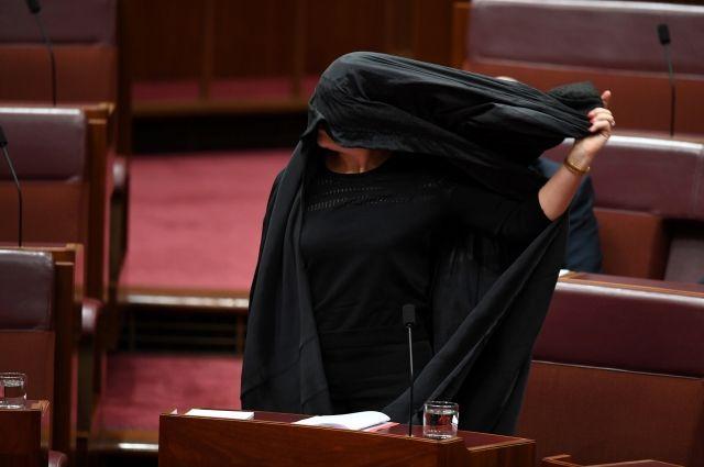 Сенатор Полин Хэнсон пришла на заседание парламента Австралии в парандже