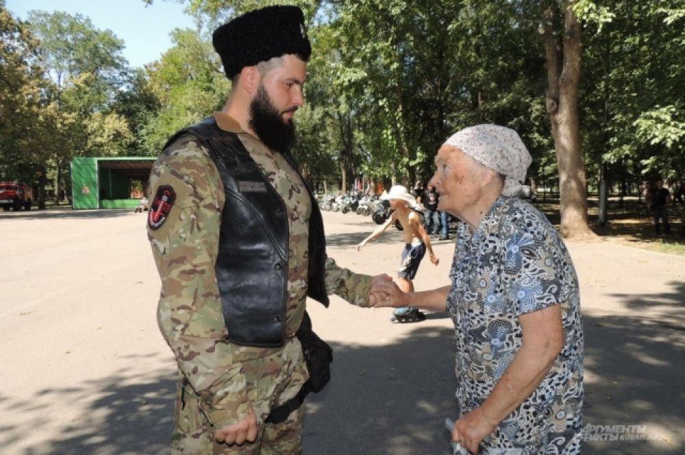 Эта пожилая женщина выразила свою поддержку байкерам за их патриотический мотопробег.