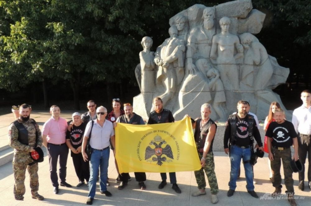 Акцию байкеров поддержали члены Российского военно-исторического общества.