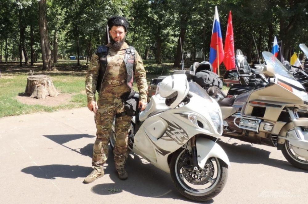 Президент краснодарского отделения мотоклуба «Ночные волки» Олег Шевлеков рядом со своим стальным конем.