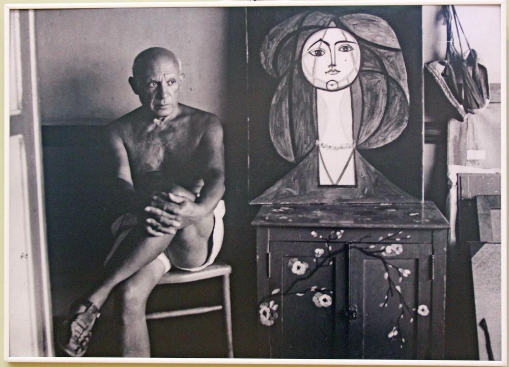 Экспозиция посвящена женским образам в творчестве художника.