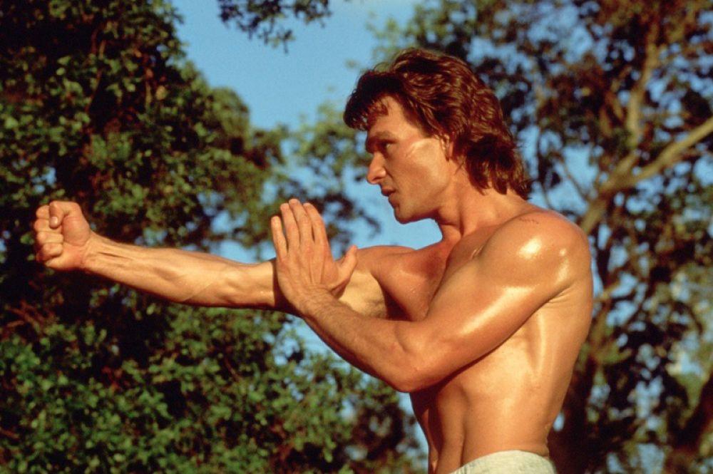 В боевике «Дом у дороги» (1989) Суэйзи появляется в роли начальника охраны в клубе «Дважды два» Джеймса Далтона.