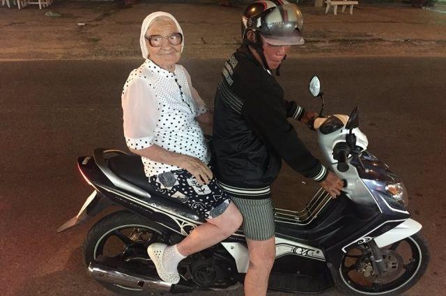 Пенсионерка никогда не упускает возможность попробовать для себя что-то новое.