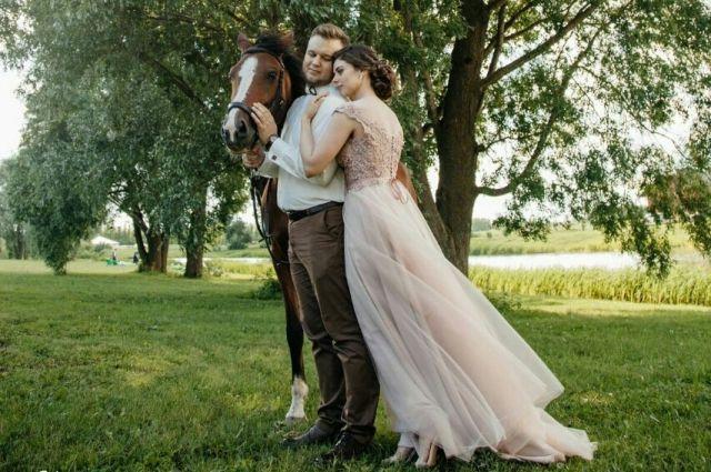 Молодожены стараются, чтобы их свадьба была особенной.