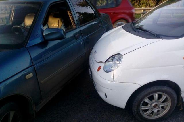 При повороте автомобиль не перестроился в крайную полосу, что привело к ДТП.